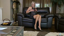 Blonde cougar Velvet Skye shows off..